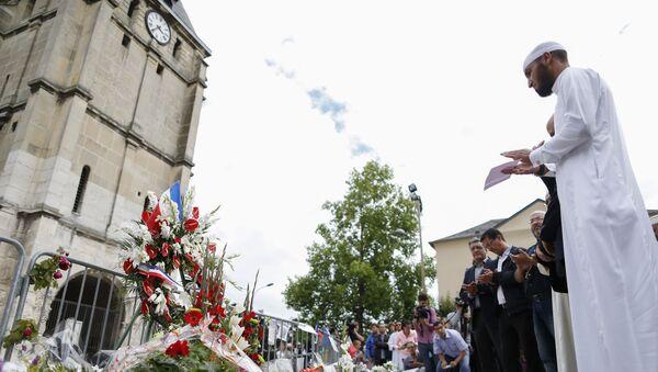Muslimové během minuty ticha v Saint-Étienne-du-Rouvray - Sputnik Česká republika