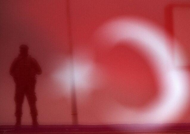 Turecký voják na pozadí vlajky