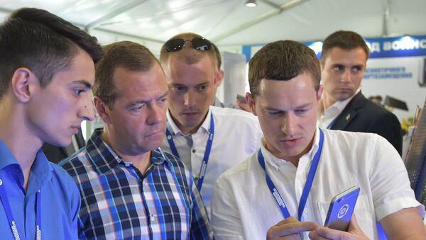 Dmitrij Medveděv během fóra Území smyslů - Sputnik Česká republika