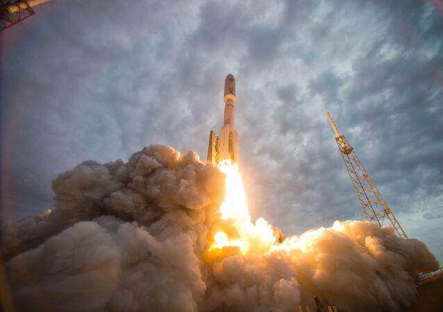 Start amerického nosiče Atlas-5 využívajícího ruské motory RD-180 z Mysu Canaveral