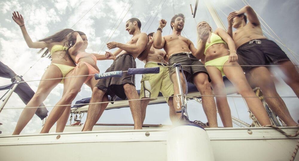 Mladí lidé odpočivají na jachtě