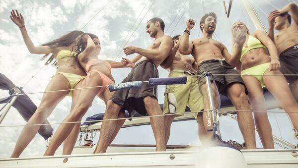 Mladí lidé odpočivají na jachtě - Sputnik Česká republika