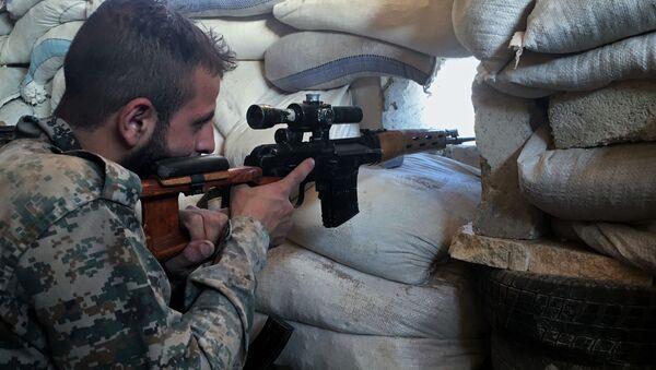 Syrští odstřelovači střílejí na bojovníky, kteří se snaží uprchnout ze školních budov. Ilustrační foto - Sputnik Česká republika