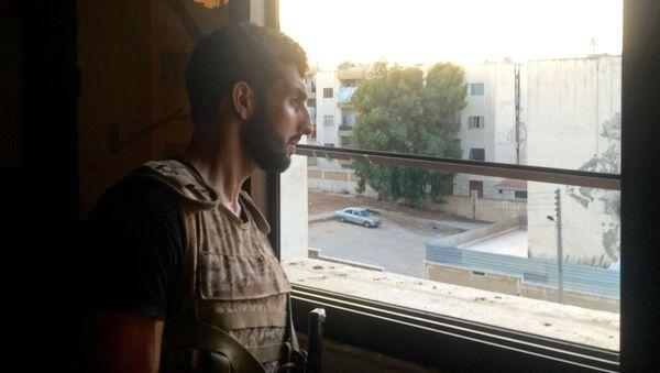 Na jihozápadě Aleppa, kde jsou vládními vojsky obklíčeni bojovníci, pokračují urputné srážky - Sputnik Česká republika