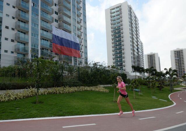Ruská vlajka na Olympijské vesnici v Riu.