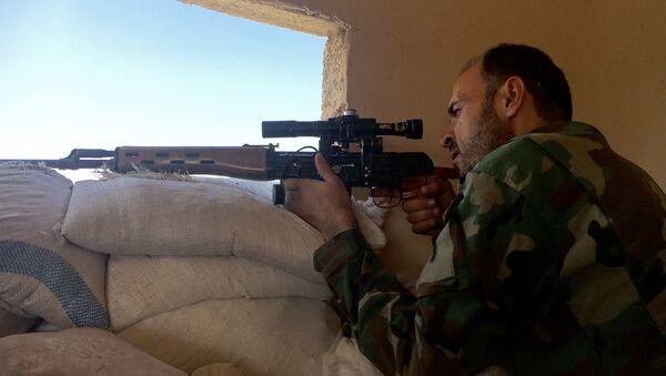 Syrský voják na jihozápadě Aleppa - Sputnik Česká republika