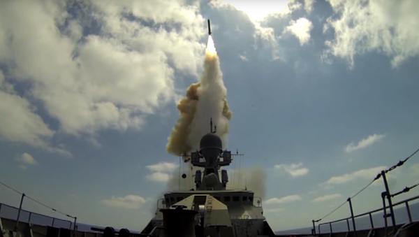 MO RF zveřejnilo videonahrávku ostřelování bojovníků v Sýrii ze Středozemního moře - Sputnik Česká republika