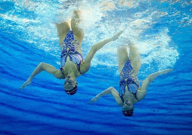 Rusky Světlana Romašinová a Natalja Iščenková vystupují s volným programem na soutěži v synchronním plavání dvojic na XXXI. letních Olympijských hrách