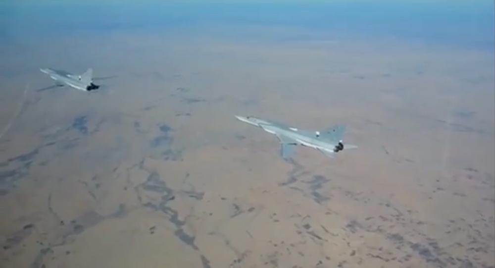 Ruské bombardéry Tu-22 v nebi nad Sýrií. Ilustrační foto
