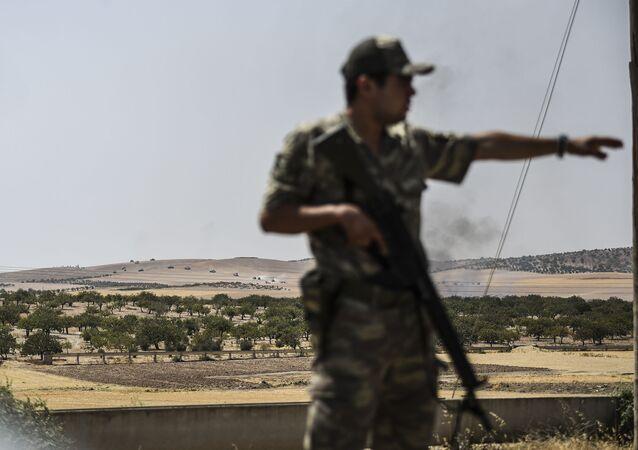 Turecký voják na syrské hranici