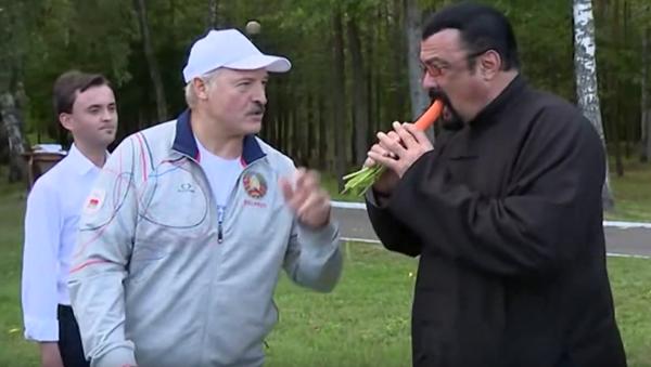 Lukašenko pohostil Stevena Seagala mrkví - Sputnik Česká republika