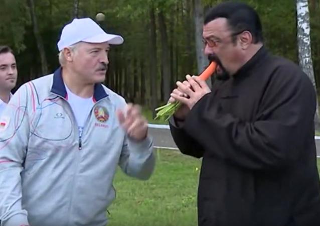 Lukašenko pohostil Stevena Seagala mrkví