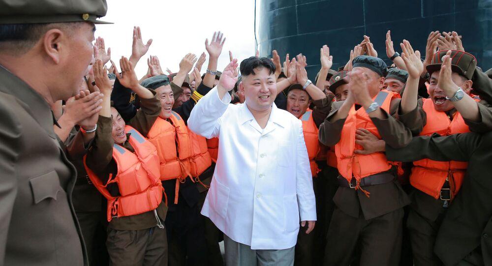 Kim Čong-un během zkoušek ponorkové balistické rakety