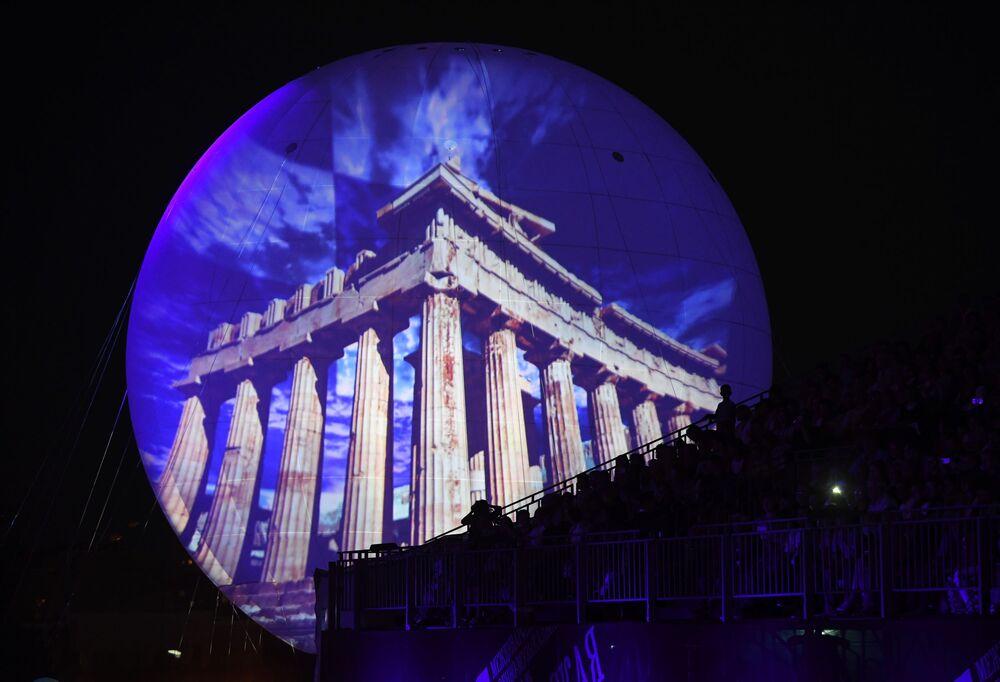 Vedlé každé tribuny byl obrovský balon, na němž se promítaly symboly a krajina těch zemí, jejichž orchestry vystupovaly v defilé