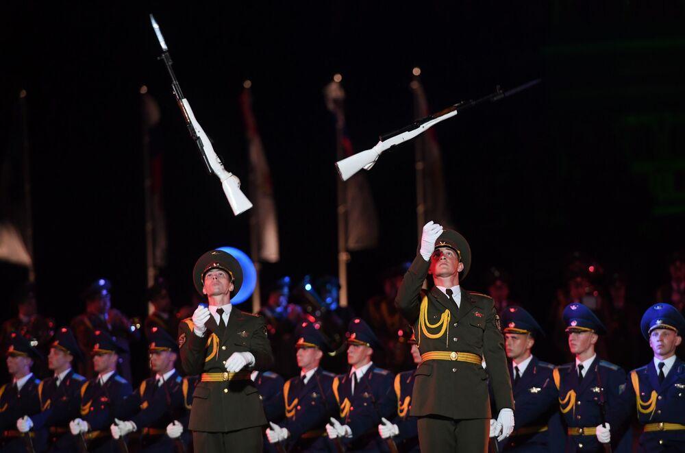 Vojáci během slavnostního zahájení Mezinárodního vojenského hudebního festivalu Spasská věž 2016