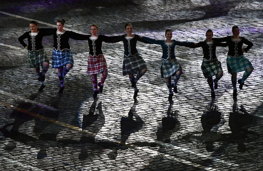 Skotští tanečníci během slavnostního zahájení Mezinárodního vojenského hudebního festivalu Spasská věž 2016