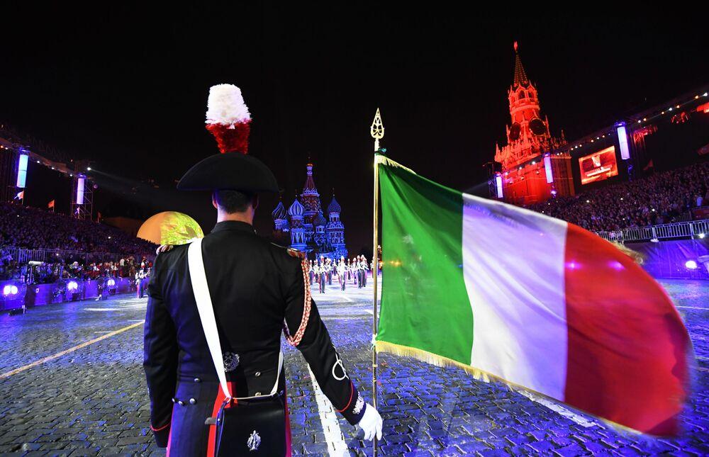 Členové orchestru útvaru karabiníků (Itálie) během slavnostního zahájení Mezinárodního vojenského hudebního festivalu Spasská věž 2016