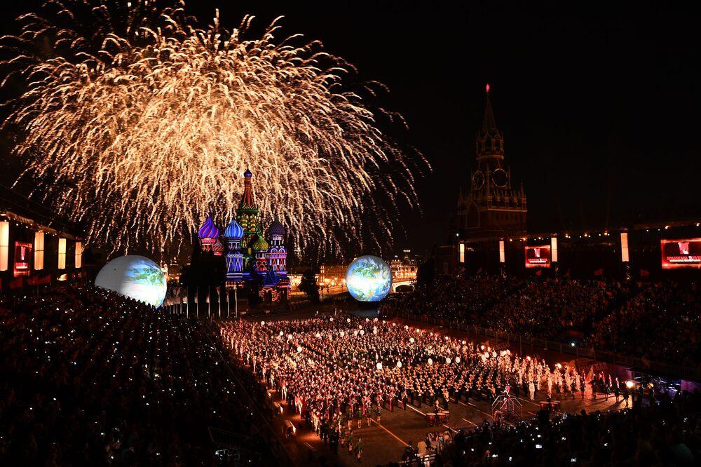 Ohňostroj během slavnostního zahájení Mezinárodního vojenského hudebního festivalu Spasská věž 2016