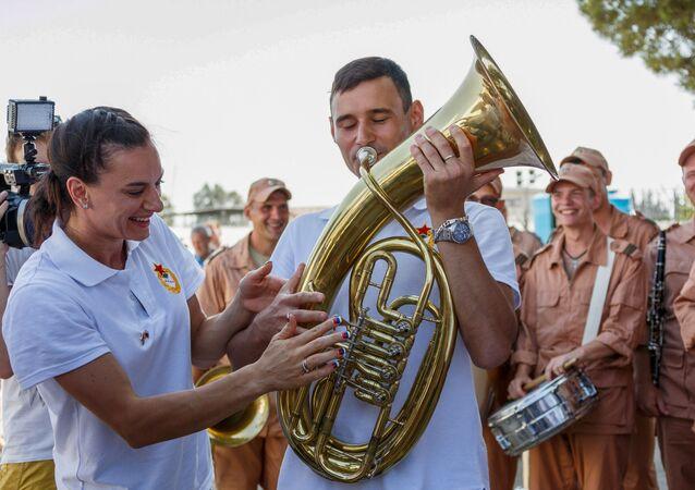 Ruští sportovci navštívili leteckou základnu Hmeimim v Sýrii, vojáci ukázali sportovcům podmínky, ve kterých slouží