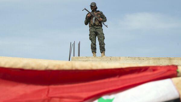 Syrský voják u města Hamá - Sputnik Česká republika