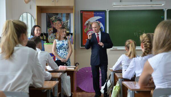 Ruský prezident Vladimir Putin během návštěvy gymnázia ve Vladivostoku - Sputnik Česká republika
