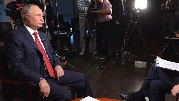 Vladimir Putin během interview pro agenturu Bloomberg - Sputnik Česká republika