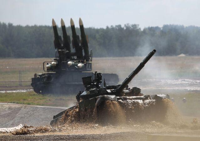 Tank T-90 při překonávání vodní překážky