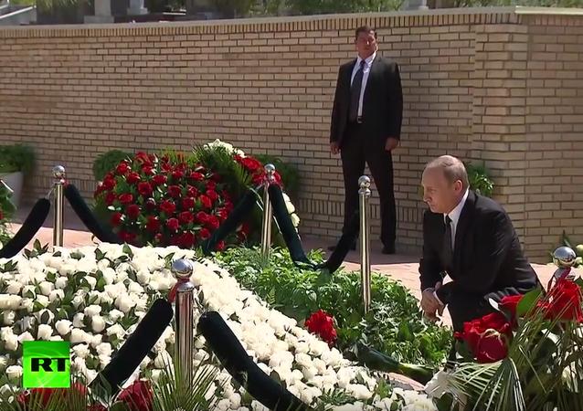 Vladimir Putin uctil památku Islama Karimova v Samarkandu