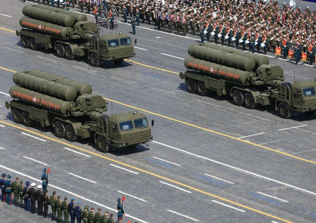 Kolona protivzdušných raketových systémů S-400 Triumf
