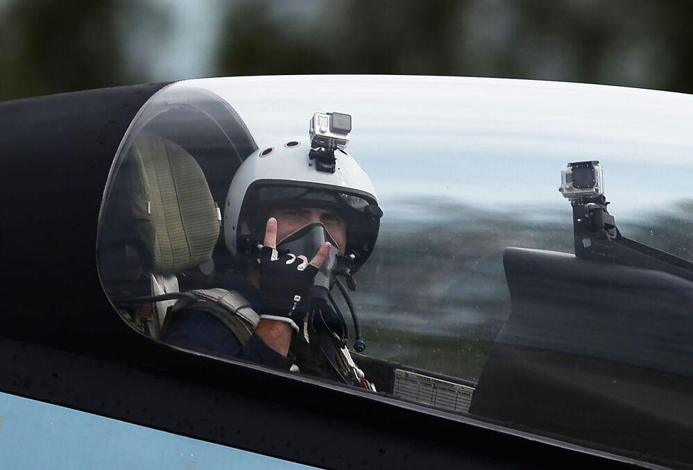 Letec v kabině víceúčelové stíhačky Su-30SM skupiny letecké akrobacie Sokoly Rossii