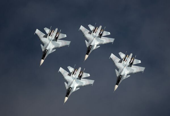 Víceúčelové stíhačky Su-30SM skupiny letecké akrobacie Sokoly Rossii - Sputnik Česká republika