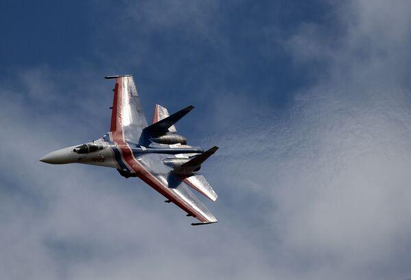 Víceúčelová stíhačka Su-27 skupiny letecké akrobacie Russkije viťazi - Sputnik Česká republika