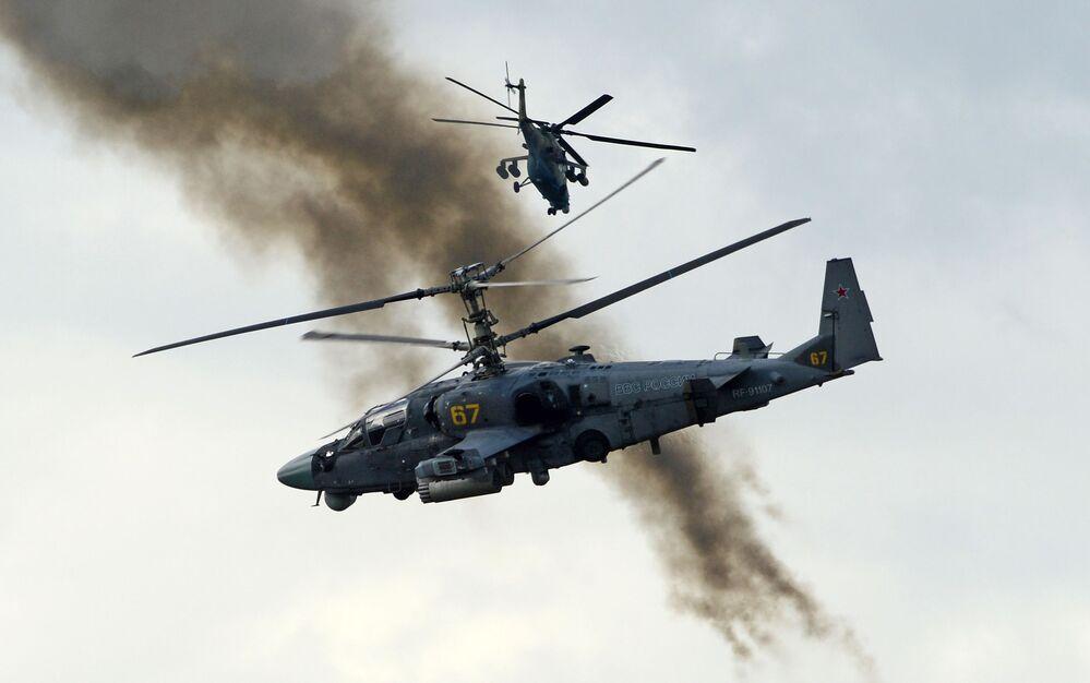 Bitevní vrtulník Ka-52 Alligator během ukázkových cvičení