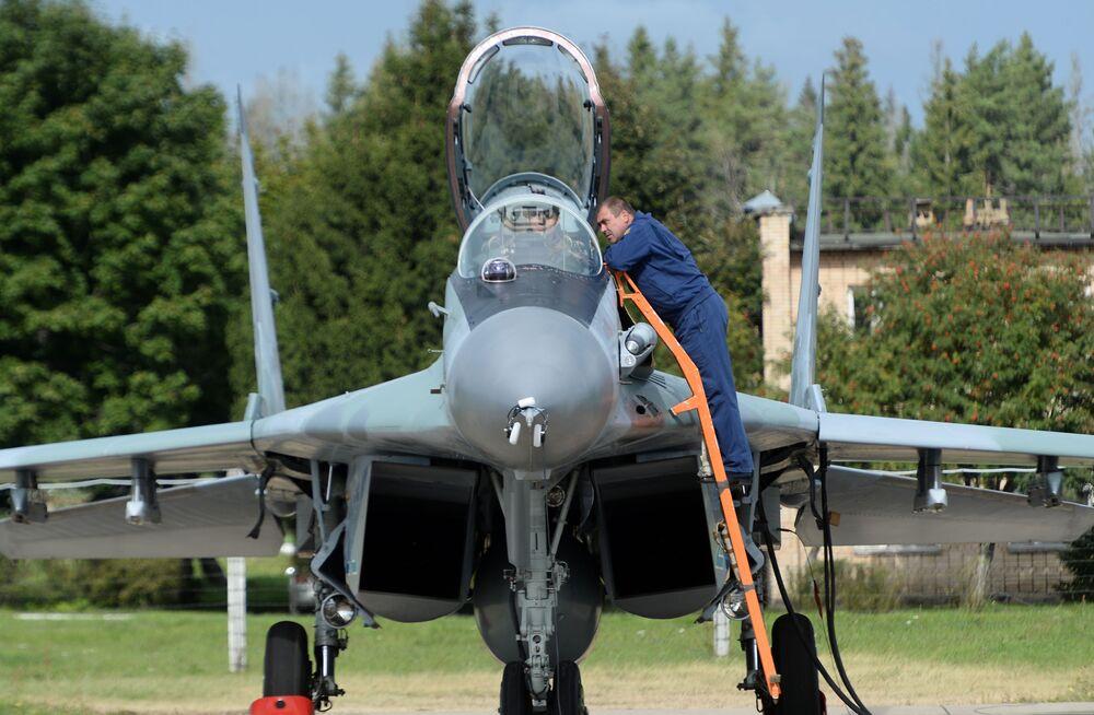 Víceúčelová stíhačka Su-35 na letišti