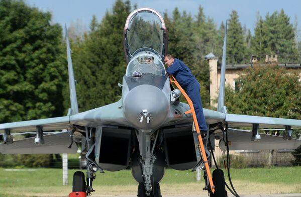 Víceúčelová stíhačka Su-35 na letišti - Sputnik Česká republika