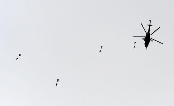 Výsadek z vrtulníku Mi-8 během ukázkových cvičení - Sputnik Česká republika