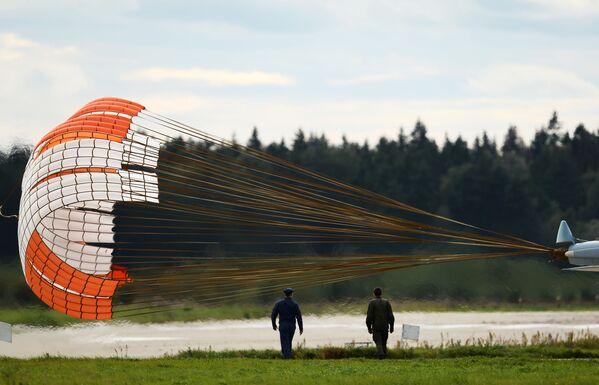 Brzdicí padák víceúčelové stíhačky Su-30SM skupiny letecké akrobacie Sokoly Rossii - Sputnik Česká republika