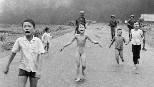 Historická fotografie z doby války ve Vietnamu, na níž je zobrazena 9letá dívka, utíkající před napalmem - Sputnik Česká republika
