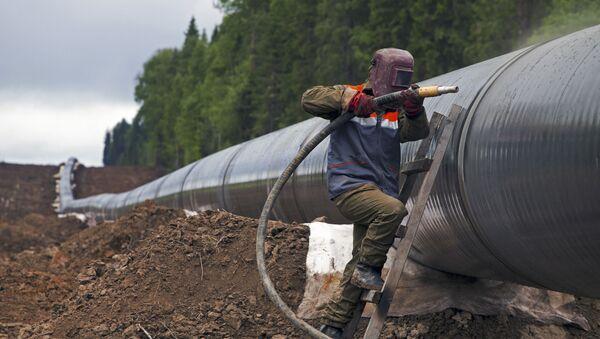 Dělník obnovuje plynovod - Sputnik Česká republika