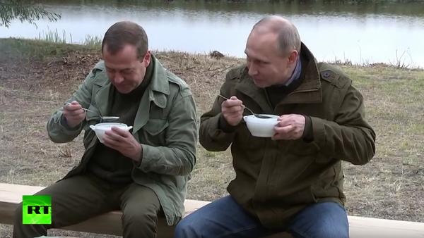 Novgorodští rybáři pohostili Putina a Medvěděva rybí polévkou - Sputnik Česká republika