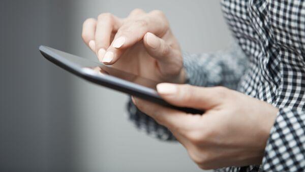 Dívka se dívá na tablet - Sputnik Česká republika