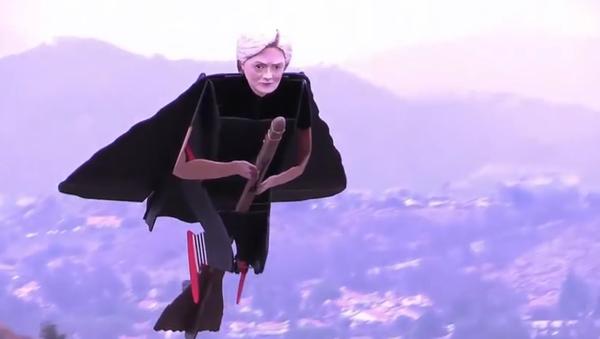 Clintonová proletěla na koštěti v nebi nad Kalifornií - Sputnik Česká republika