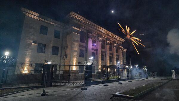 Útok radikálů na ruské velvyslanectví v Kyjevě - Sputnik Česká republika