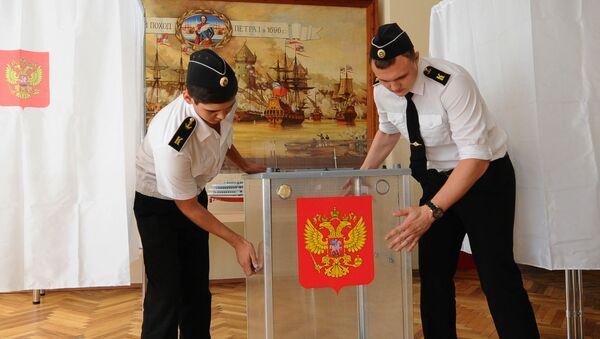 Курсанты института водного транспорта имени Георгия Седова готовят избирательный участок к единому дню голосования - Sputnik Česká republika