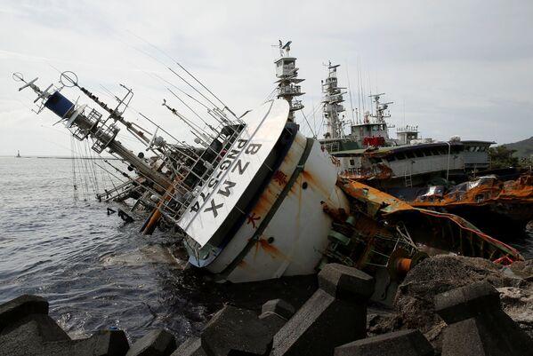 Rybářská loď v Tchajwanu převracená tajfunem Meranti - Sputnik Česká republika