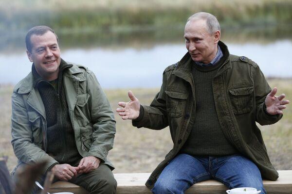 Premiér RF Dmitrij Medveděv a prezident Vladimir Putin na ostrově Lipno v Novgorodské oblasti - Sputnik Česká republika
