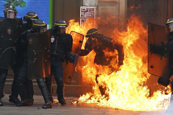 Francouzská speciální jednotka během protestů proti reformě zákoníku práce v Paříži - Sputnik Česká republika