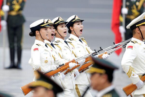 Ženská četa čestné stráže čínské armády poprvé pochoduje na přehlídce v Pekingu - Sputnik Česká republika