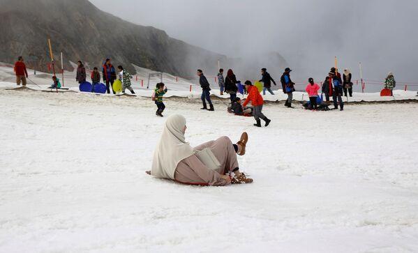 Arabští turisté se radují sněhu na vrcholu hory Kitzsteinhorn v Rakousku - Sputnik Česká republika