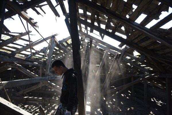 Zničená střepinami střecha střední školy v důsledku nočního ostřelování Makejevky z ukrajinských děl - Sputnik Česká republika